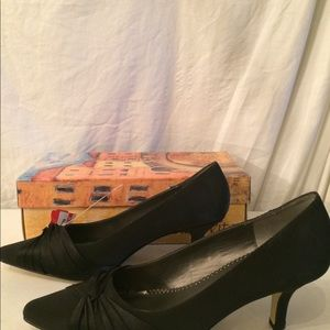 Bella Vita black pumps size 9.5WW NIB